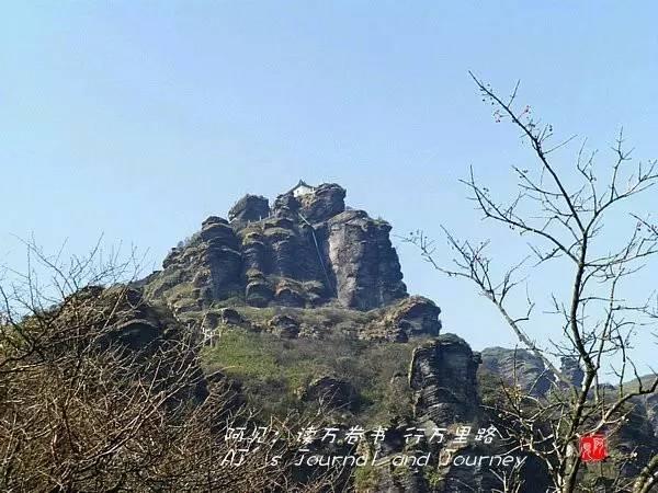站在蘑菇石风景区看到的红云金顶(新金顶).