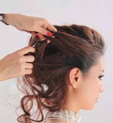 中间的头发编简单的辫子效果,发尾缠绕后固定在底层编盘发发型.图片