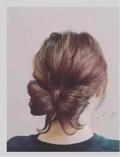 盘发步骤图解: 1、首先将头发扎成一个低马尾,头顶的头发拉扯蓬松。 2、再将马尾分成两份,留下一股较少的。 3、将多的那部分扎成对折马尾,在用剩下一股头发将因马尾对折形成的扇形发髻分成两部分,用穿发针从头发里穿过,发卡固定,就完成了。 新后宫美疗连锁机构官方微信:XHG0710 扫一扫就可关注《》传递正能量 更多时尚美甲,尽在新后宫美疗连锁机构 责任编辑:
