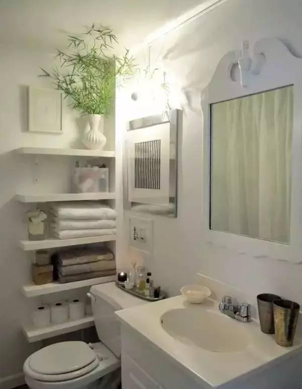 马桶藏墙里一部分,这个最近也比较流行。不过施工起来有点难度,需要以实际情况为准。  搭配腰线,让空间更有层次感,真羡慕那些有窗户的卫生间。  如果觉得白色太单调,或者太素了,可以用冷色。原因很简单,暖色会让你觉得空间更小。  灯饰尽量简单,小户型其实一盏明亮舒适的吸顶灯就足够了,安装在浴室中央,如果有在浴室化妆的需求,那就再安装一个镜前灯。