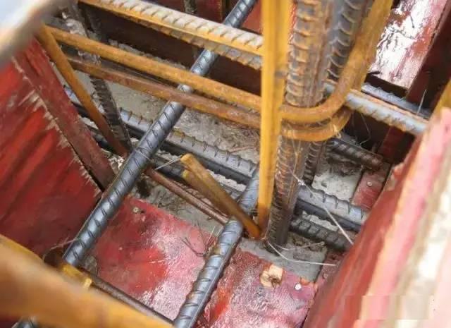 框架梁柱节点核心部位柱箍筋遗漏 输 原因分析: 由于节点处梁柱钢筋纵