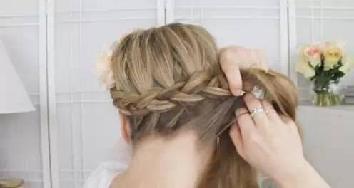 法国辫_step  :然后我们继续编刚才的发辫,还是按照法国辫的编发哦!