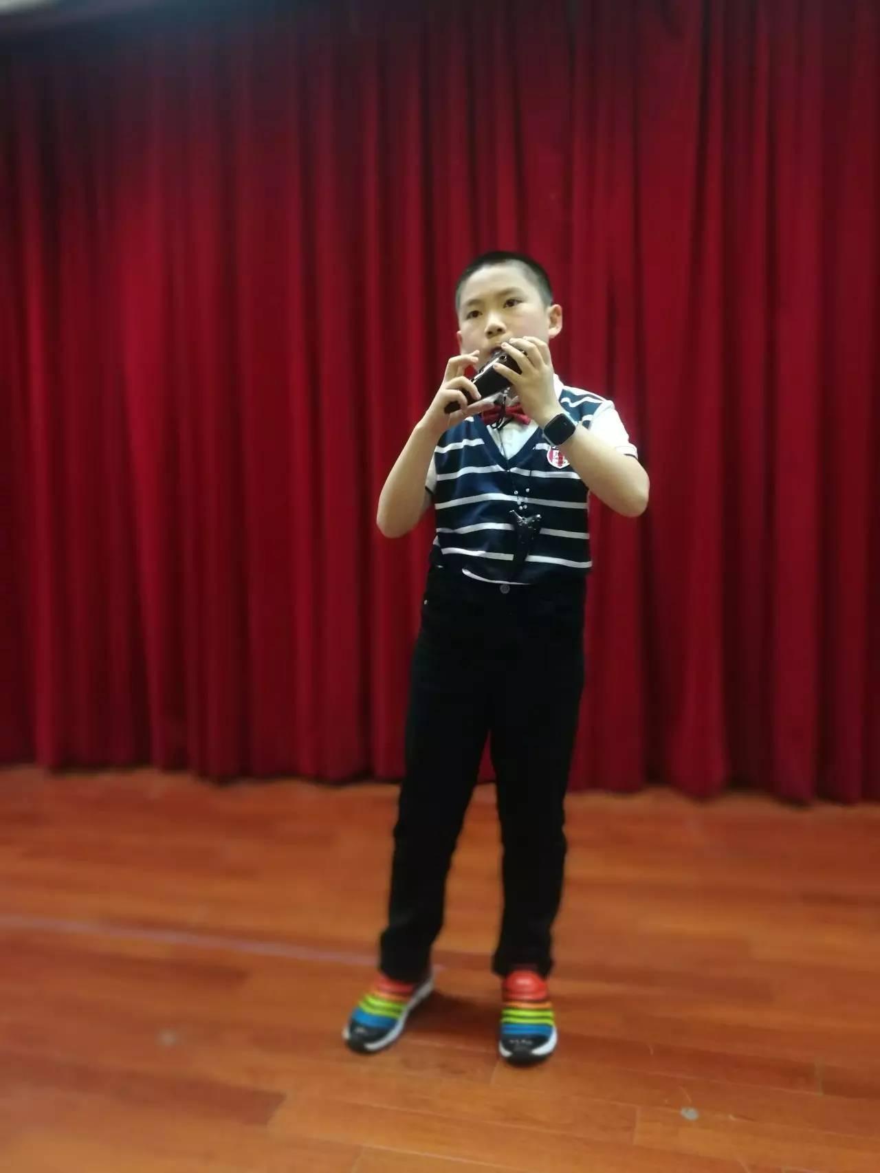 妤的小提琴曲《茉莉花》同台演绎 最小的团员林辰旭带来的陶笛独奏