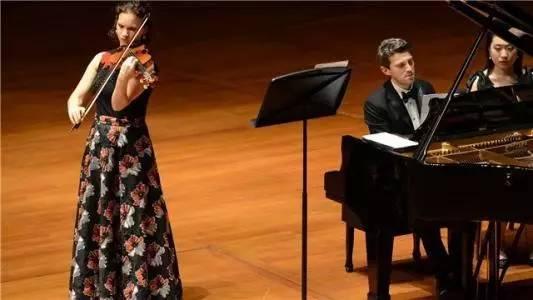 油画般的美女提琴家哈恩,演奏 夏日最后一朵玫瑰图片
