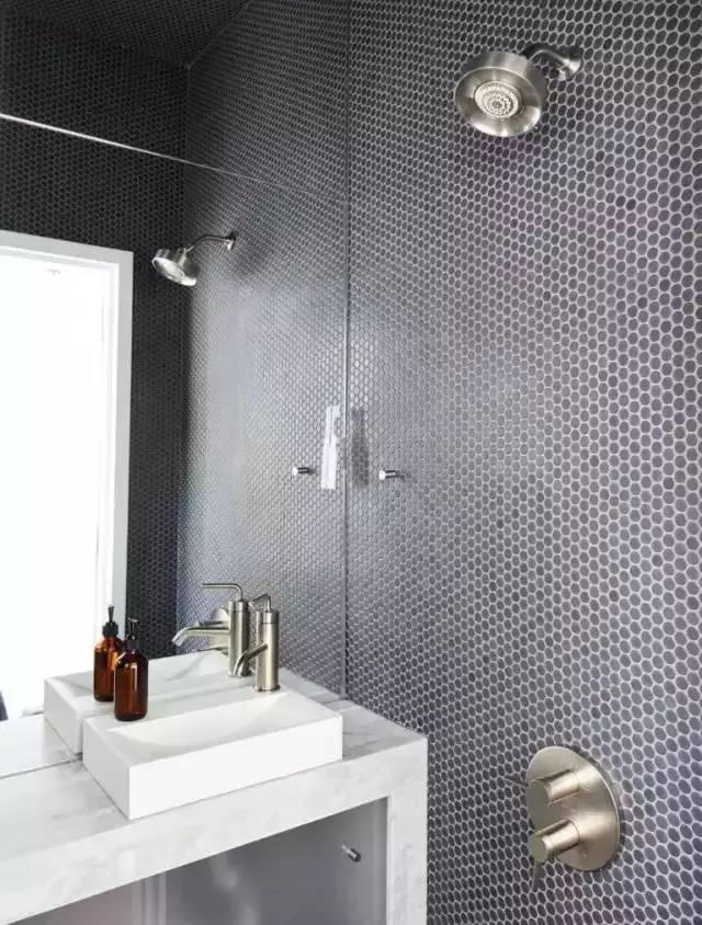 设计师通过墙排的马桶以及丰富储物的洗手池