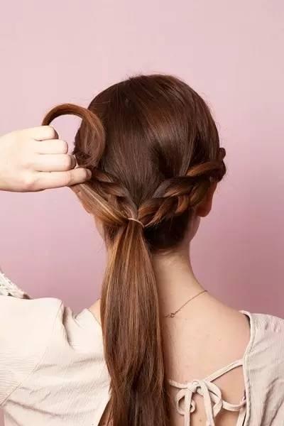 另一侧的编织辫子也是同样的技巧和步骤.
