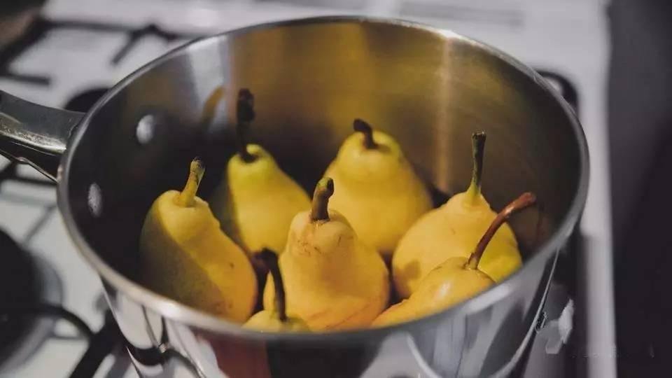 香蕉皮煮水喝_皮肤瘙痒 香蕉皮煮水后,擦拭患处,可缓解皮肤瘙痒.