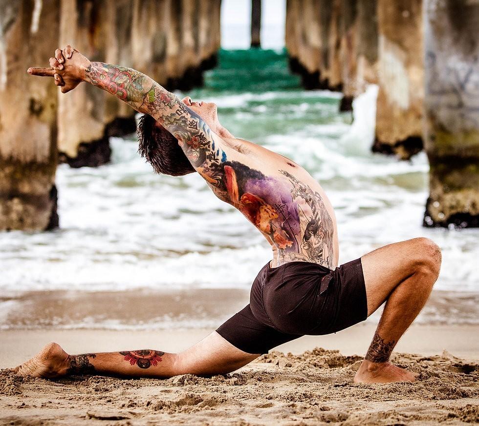 有一些知名的瑜伽人身上也有纹身,花臂,满背,似乎纹身在他们眼里也有