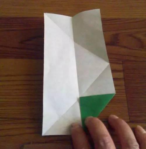 可以跟你的宝宝一起动手制作哟~   端午节手工折纸粽子  效果如图