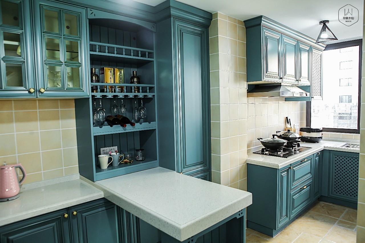 厨房的橱柜大胆采用深蓝色主色调,吊柜橱窗设计加上酒瓶摆放,个性典雅