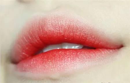"""这种妆容的设计灵感就来自于""""寒风中咬着嘴唇的效果""""暗红色的唇部"""