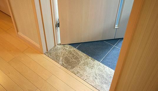 门槛石一般是指用于连接室内两个空间的一块石头,一般是用在门口位置