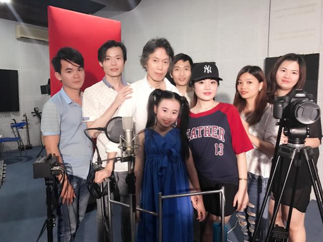 娱乐 正文  在第三个场景拍摄时,作曲林伟文老师到现场探班: 当晚图片