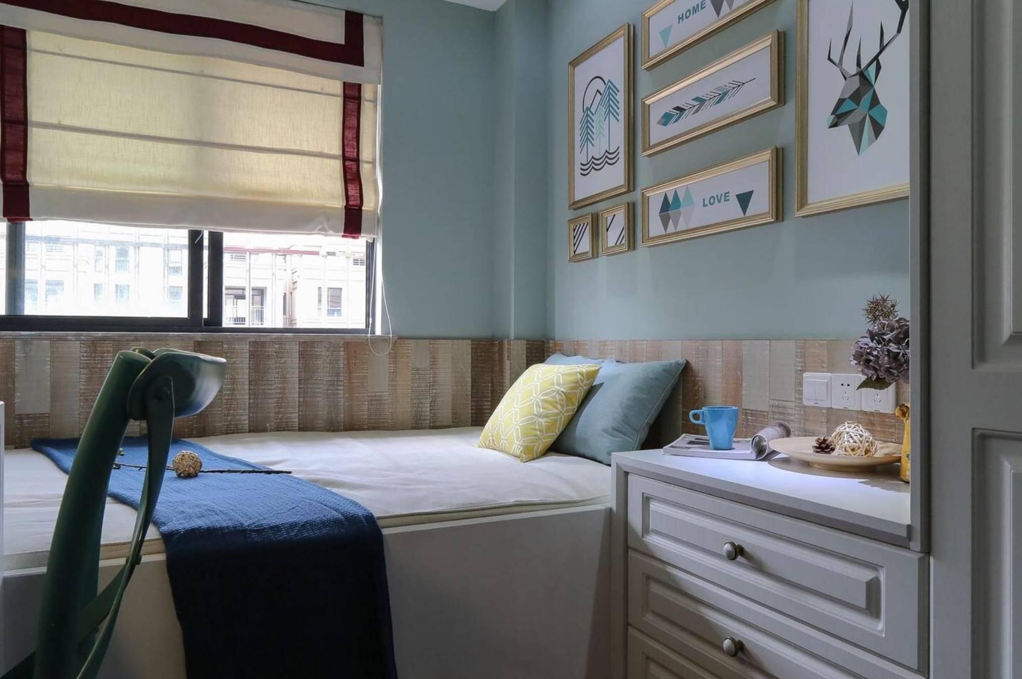 墙面用强化板充当护墙板的功能,床头背景用不同尺寸的几何图样金边图片