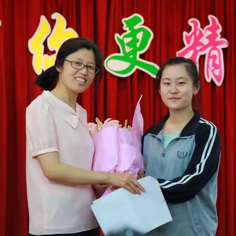 庆阳同学吹奏的萨克斯曲《那些年》中拉开帷幕,悠扬的歌声使同学们图片