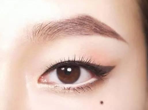 白色眼线笔画白色眼线