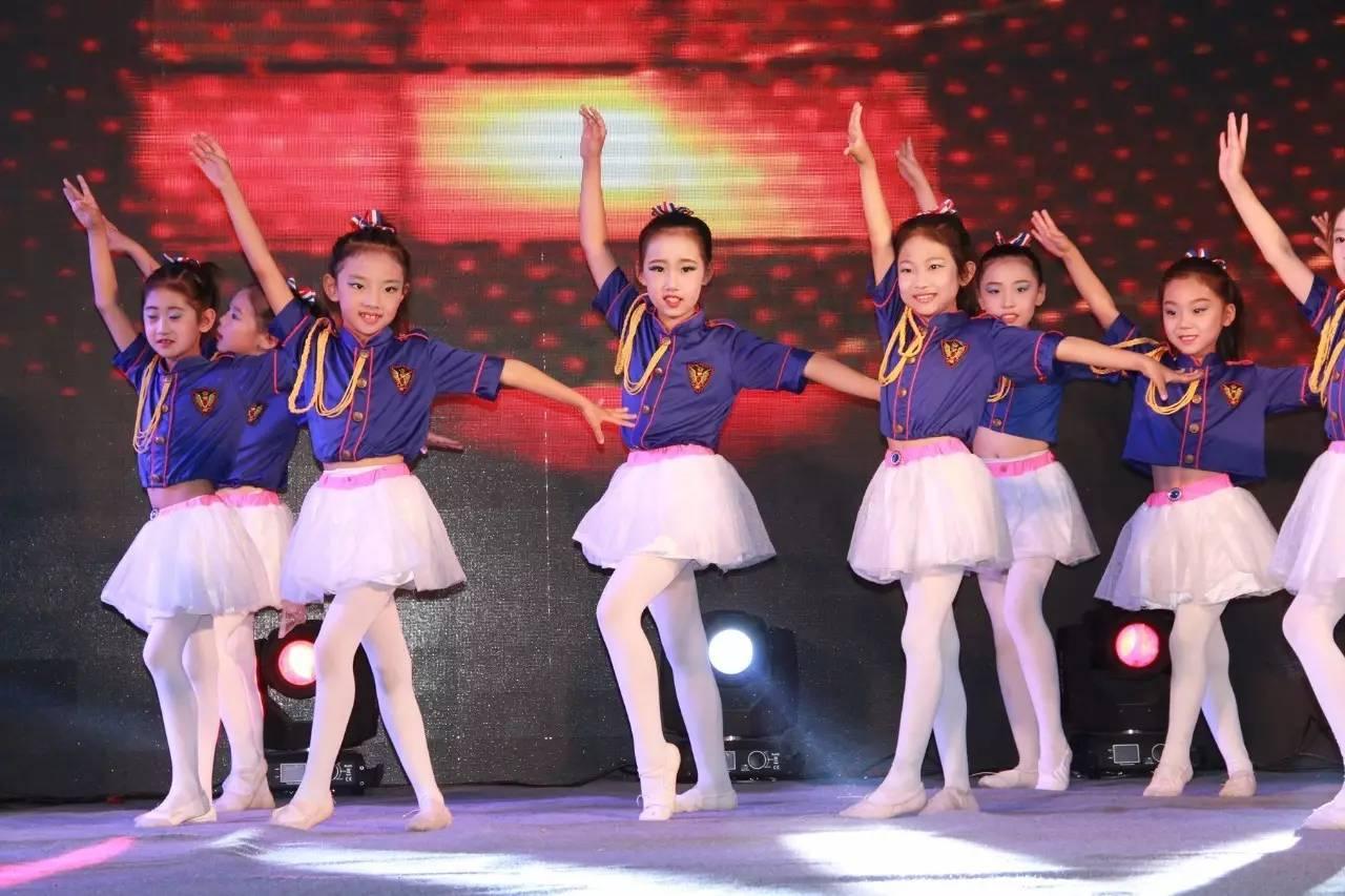 可爱娃娃舞蹈头式图片
