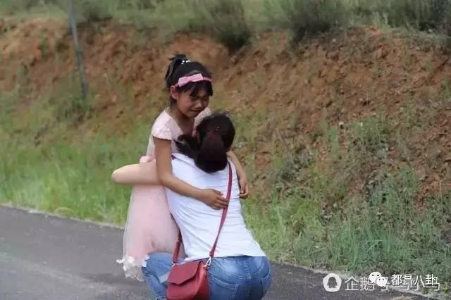 奸淫美艳妈妈_摩托车加速带着妈妈远去,美艳一直追随着奔跑.