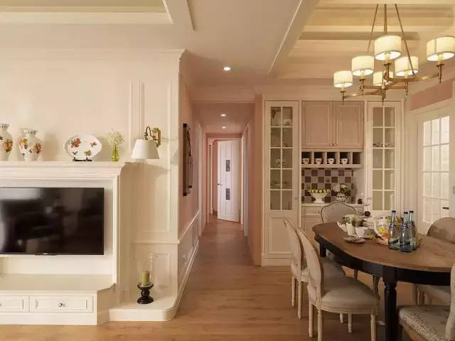 木地板铺设在整个地面上,白色简洁风格体现欧式的纯净.