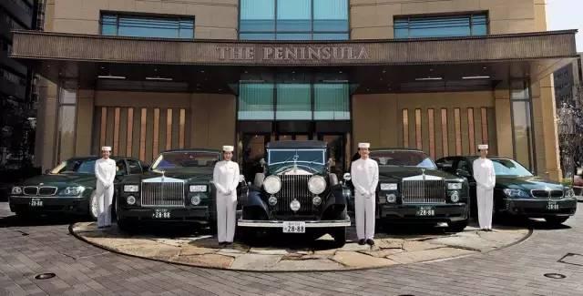 半岛酒店的接送服务也是出了名的高调:全球最大的劳斯莱斯车队,直升飞