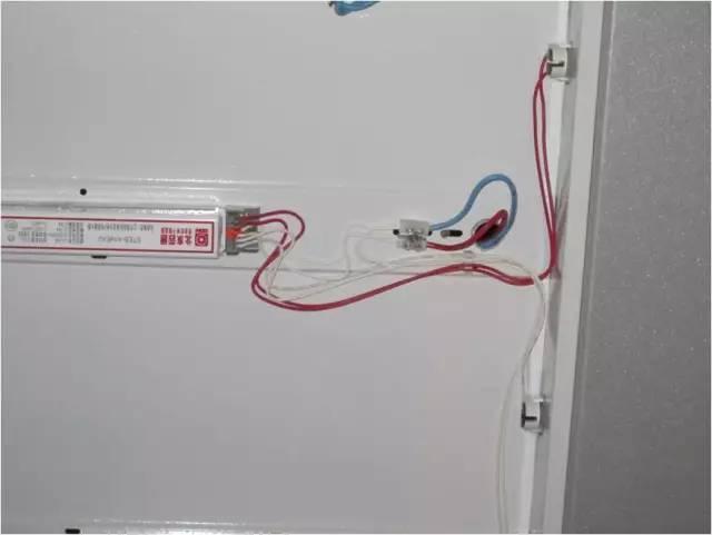 除采用安全电压以外,当设计无要求时,敞开式灯具的灯头对地面距离应大于2.5m。 检查数量:按每检验批的灯具数量抽查10%,且各不得少于1套。 检查方法:观察检查并用尺量检查。 八:LED灯具安装 LED灯具安装应符合下列规定: 1 灯具安装应牢固可靠,饰面不应使用胶类粘贴。 2 灯具安装位置应有较好的散热条件,且不宜安装在潮湿场所。 3 灯具用的金属防水接头密封圈应齐全、完好。 4 灯具的驱动电源、电子控制装置室外安装时,应置于金属箱(盒)内;金属箱(盒)的IP防护等级和散热应符合设计要求,驱动电源的极