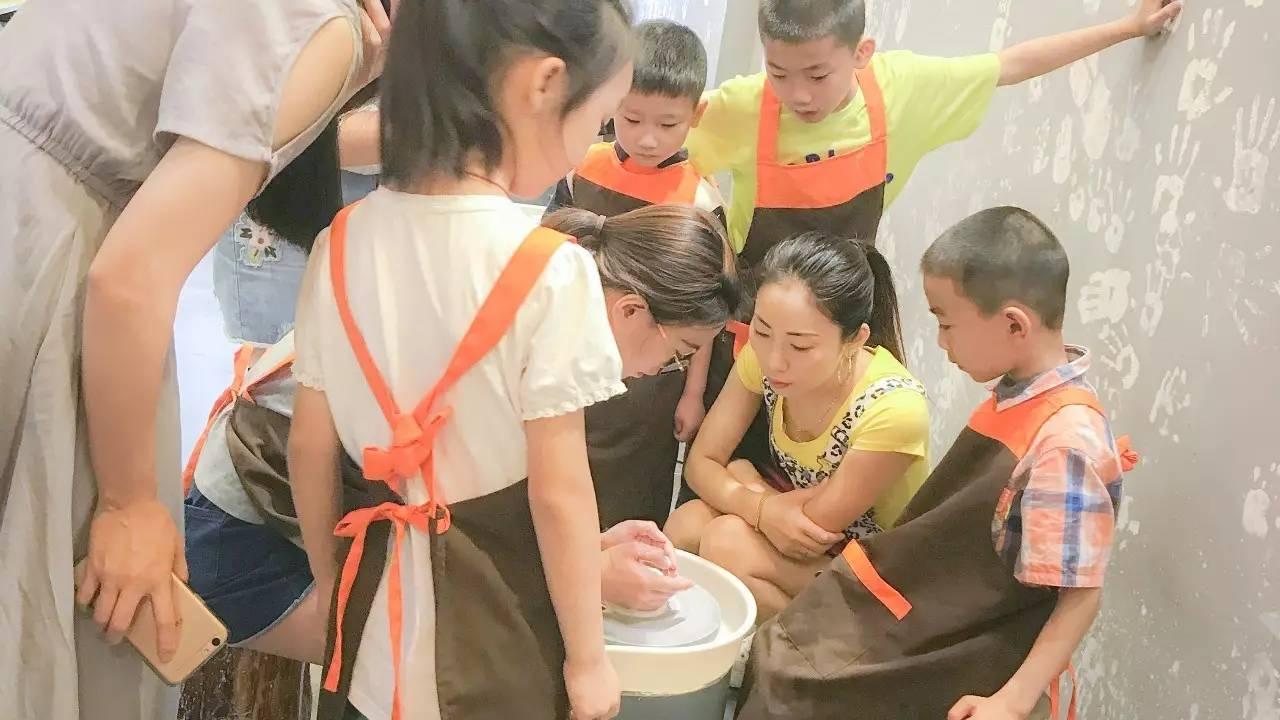 早上9:00,家长和小朋友在乐陶diy陶艺体验馆门口准时集合.