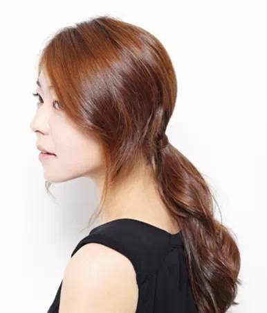 但是刘海的处理方法却与上面的不同,主要是采用长头发的绑扎法.