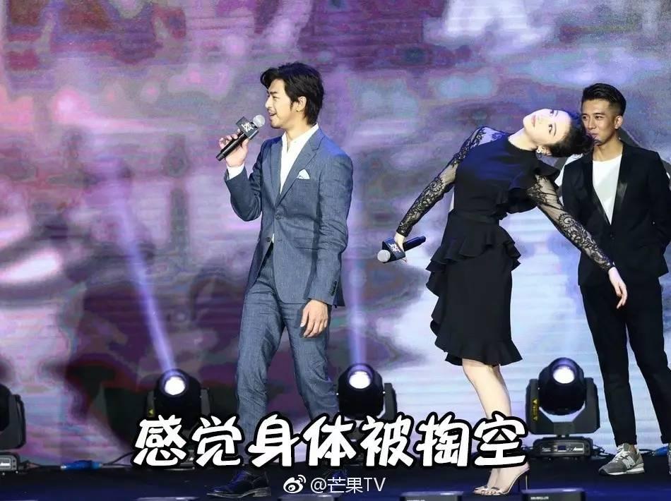 """娱乐 正文  在表演""""全世界我最帅""""表情包时 景甜火速指了旁边的陈柏霖图片"""