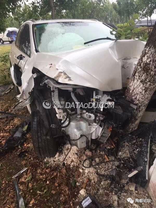 正文  今天(6月5日)上午,宜兴百合大道附近的学圩村发生一单严重车祸