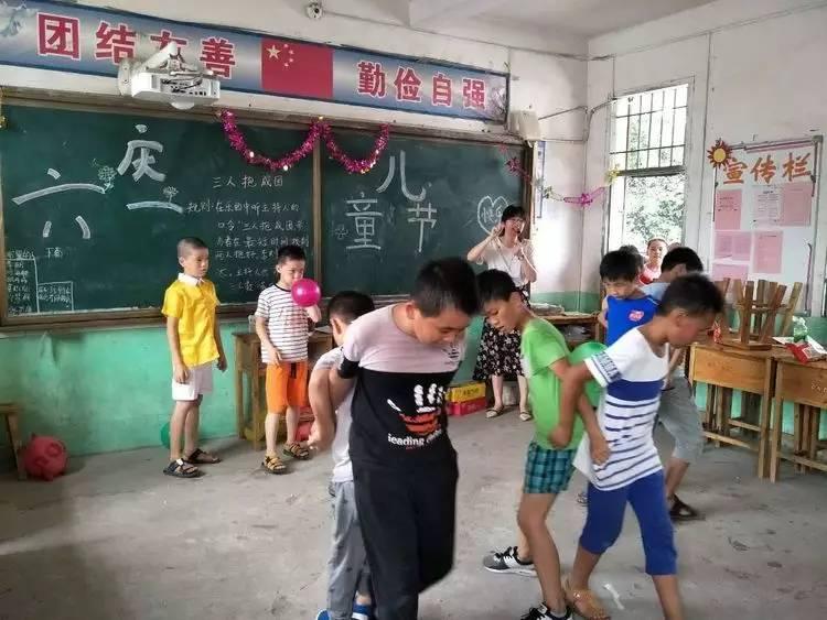 """园庆""""六一""""盛况   ▲邦岑小学家委会自发组成助威团,后勤部,布置教室图片"""
