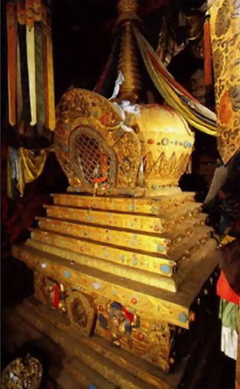 上饰祥麟法轮,八瑞相,七政宝等饰物,加上造型各异的金顶,胜利幢,毛耋
