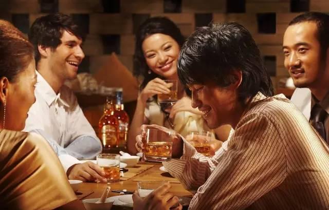 在一个喝嗨的酒桌只有你不喝酒会发生什么?