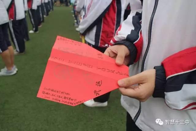 """高二同学准备了""""彩色纸飞机"""",也是一一送到每个高三学长学姐的手里图片"""
