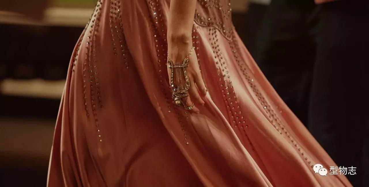 在希腊神话中,将里拉琴和桂冠作为常设道具的人物是谁?图片