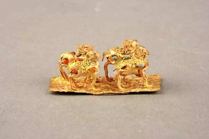 将金银或其他金属细丝,按照墨样花纹的曲屈转折,掐成图案,粘焊在器物