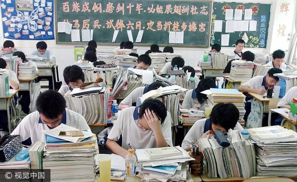 2009年6月4日晚,四川省遂宁市十余名高三学生正在遂宁市中心医院高压氧舱吸氧减压,以缓解即将到来的高考的压力。图片来源:钟敏/视觉中国 2010年,教育部发布《国家中长期教育改革和发展规划纲要(2010-2020年)》,提出全面实施高中学业水平考试和综合素质评价。