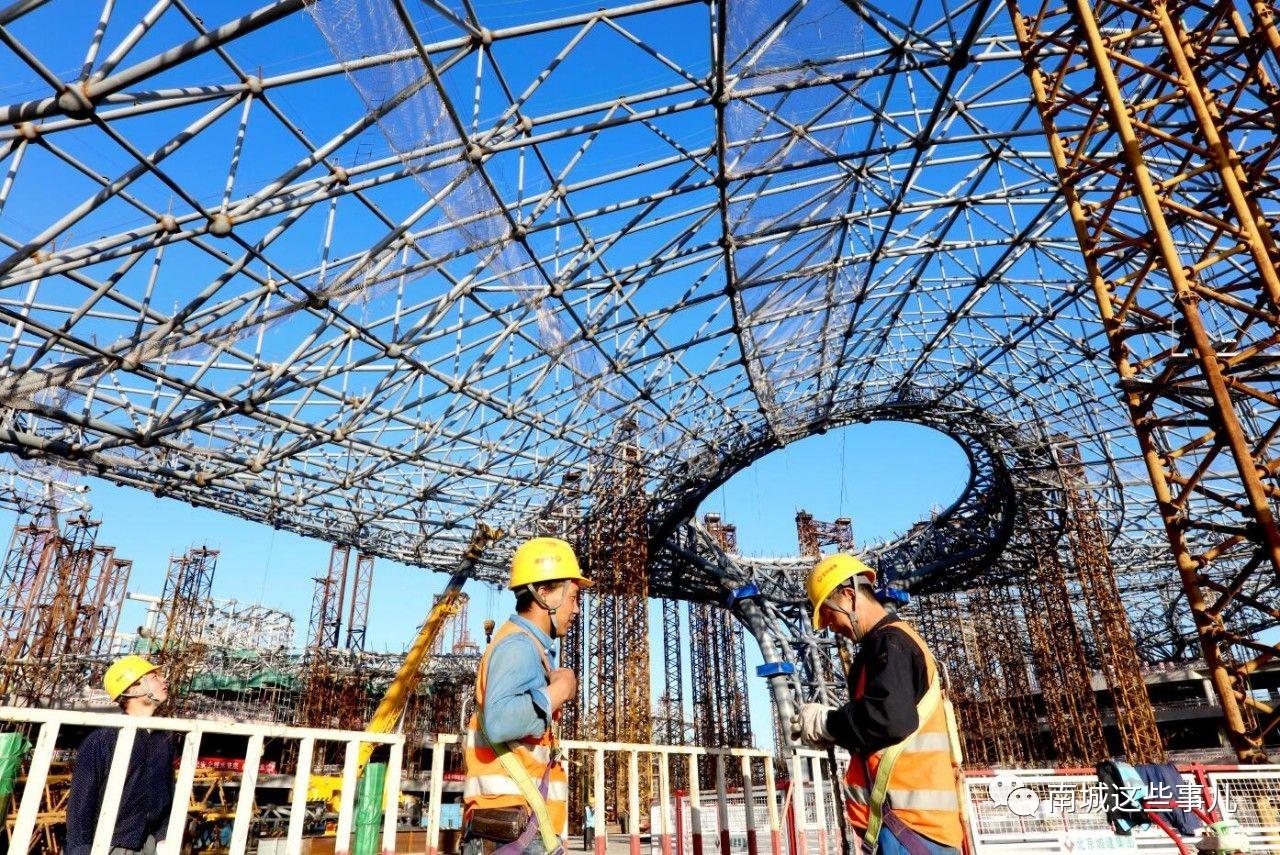 主体结构为全现浇钢筋混凝土框架结构,屋盖钢结构则采用空间网架结构