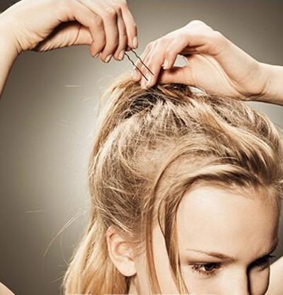 step2:卷发棒将刘海的头发稍微做出卷度,然后用定型喷雾定下型.图片
