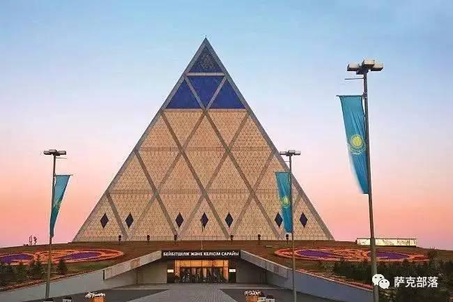 这是一座呈正四面体金字塔建筑,以不锈钢网格和淡灰色花岗岩嵌入物为
