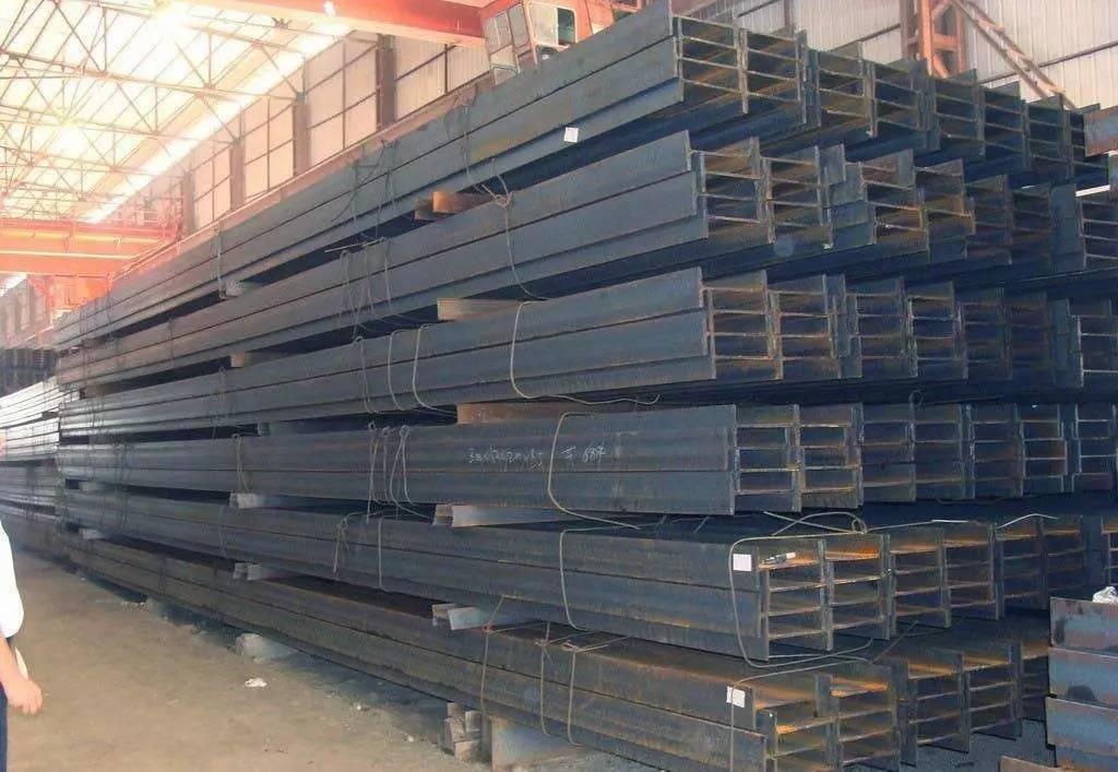 H型钢的优点主要体现在下面六个方面: 1、翼缘宽,侧向刚度大。抗弯能力强; 2、翼缘两表面相互平行使得连接、加工、安装简便; 3、与焊摄工字钢相比,成本低,精度高,残余应力小,无需昂贵的焊接材料和焊缝检测,节约钢结构制作成本30%左右; 4、相同截面负荷下.热轧H钢结构比传统钢结构重量减轻15%~20%; 5、与砼结构相比,热轧H钢结构可增大6%的使用面积,而结构自重减轻20%~30%,减少结构设计内力; 6、H型钢可加工成T型钢,蜂窝梁可经组合形成各种截面形式,极大满足工程设计与制作需求。 方管 方管