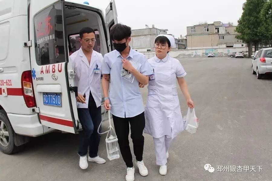 邳州重大车祸_邳州一考生坐着救护车,带着引流管赴考场,医护人员