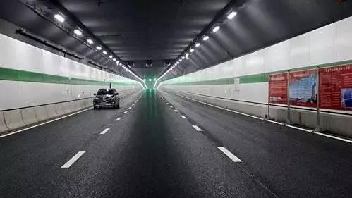 除了防火外,隧道设计初期就考虑了排水功能,施工方在隧道进出口都设