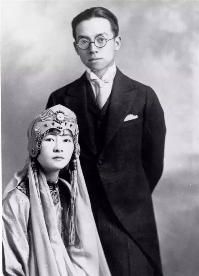 1928年3月,梁思成与林徽因在加拿大结婚照.婚纱是林徽因自己设计的.图片