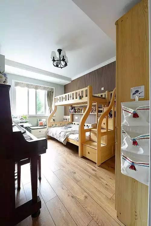 房并没有用很花哨的装饰简单的木质床和钢琴让小孩子从小培养艺
