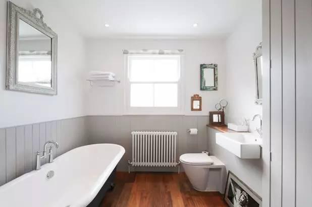 通风 卫生间里容易积聚潮气,所以通风特别关键。选择有窗户的明卫最好,为浴室设计两扇常开的窗户,在窗户的对角线上设计天窗,便于通风。如果是暗卫,为了卫生不发霉、不长毛、没有潮虫到处爬,除了装一个功率大,性能好的排气换气扇外,你还要注意在临近地面的地方。许多人喜欢把管子包得严严实实的,或者干脆在洗手台下面做个储物柜,结果潮气被包在里面散不出去,很不卫生。