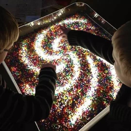 数、玩沙子、玩颜料、画画、分类游戏、搭建游戏,等等.   灯光对于