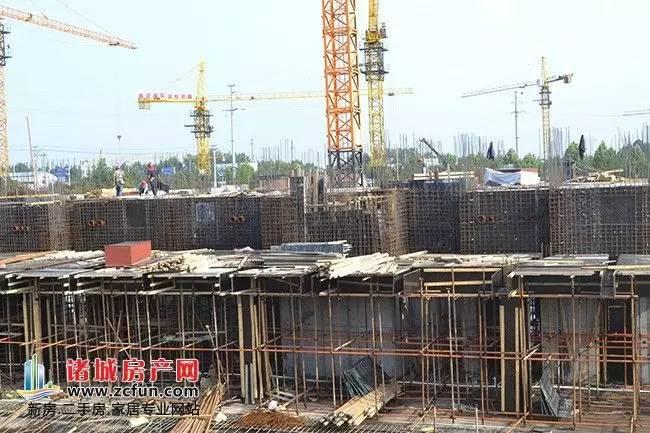 正在施工的楼栋整体均为框架结构,工人在现场搭建钢筋,这种框架结构