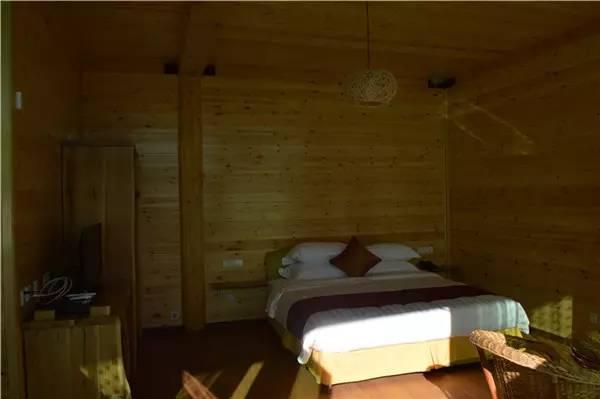 2m x 2m) 内部结构都以木质材料为主,简单而不俗气,空间还不错.