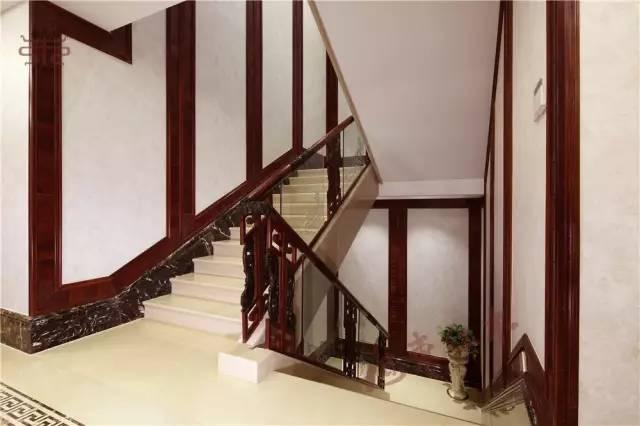 例如连接楼层的楼梯扶手上,配以他设计的立体云纹,不仅增加触感和