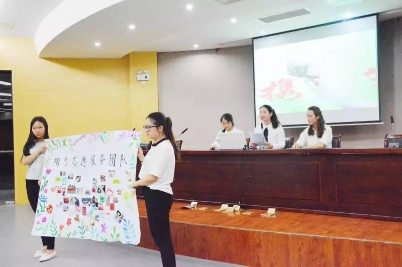 关爱弱势儿童群体活动,其手绘的精美海报成为此次评选的亮点之一.图片